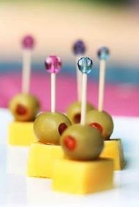 5 - O aperitivo simples, de queijo com azeitona, ganha beleza com palitos com cristais nas pontas